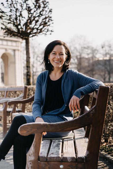Karin Maria Pflügler | Sitzend auf einer Bank